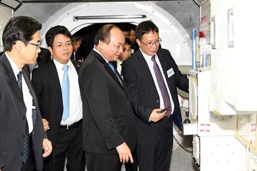Deputy Prime Minister Nguyen Xuan Phuc inside Japanese Experiment Module KIBO at Tsukuba Space Center (source: http://baodientu.chinhphu.vn/)