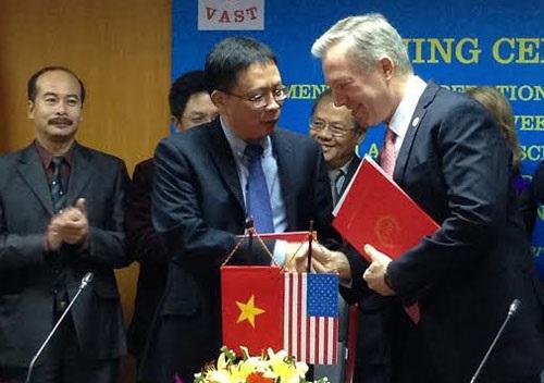 Giáo sư Châu Văn Minh và Đại sứ Ted Osius cùng ký kết thỏa thuận chương trình Globe. Ảnh: P. Hương