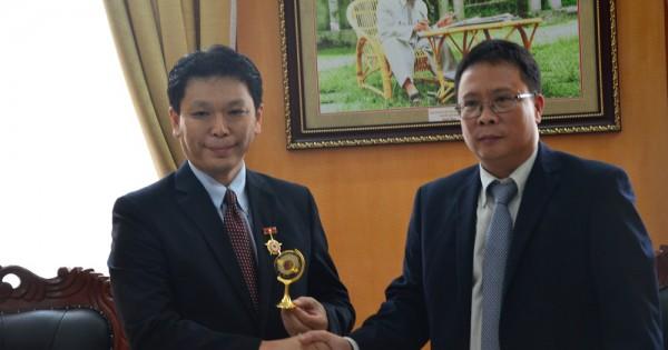 President Chau Van Minh awarded VAST's insignia for Mr Daito Michio