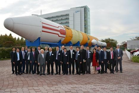 Deputy Prime Minister Nguyen Xuan Phuc and Vietnamese Government delegation at Tsukuba Space Center, JAPAN (source JAXA)